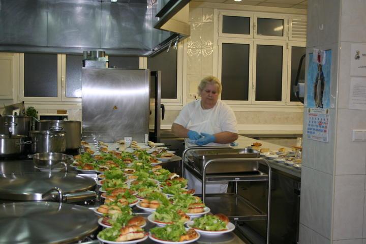 La cocina econ mica de oviedo sirve solidaridad en platos for Trabajo cocina asturias