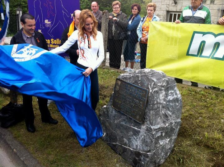 Sandra Ibarra descubre su placa en el Paseo Solidario 2011