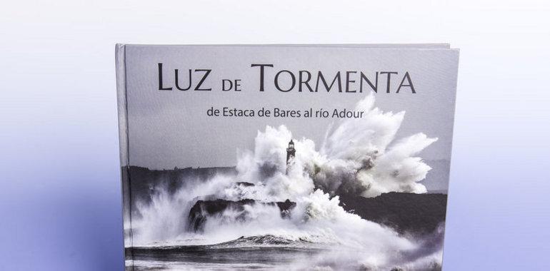"""El libro """"Luz de tormenta"""" nos muestra unas impresionantes fotografías tomadas por Julio Herrera sobre los temporales y las tormentas en el mar Cantábrico, desde Estaca de Bares hasta el río Adour."""